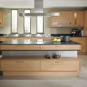 Drewno w kuchni wygląda znakomicie również w nowoczesnej stylistyce. Fot. Demirbag.