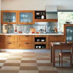 Uniwersalna kuchnia z drewna na pograniczu klasyki i stylu nowoczesnego. Fot. GeD Cucine.