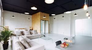 Kamienica Goldstanda na ulicy Kredytowej w Warszawie mieści w sobie architektoniczną niespodziankę. Odnajdziemy w niej apartament, który jest jednocześnie mieszkaniem, jak i salą konferencyjną z częścią rekreacyjną i pokojami gościnnymi.