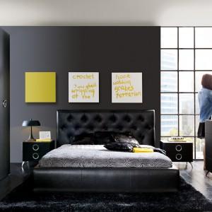 Pozornie statyczną kompozycję trzech kwadratów umieszczonych nad łóżkiem dynamizują oryginalne napisy. Fot. Black Red White.