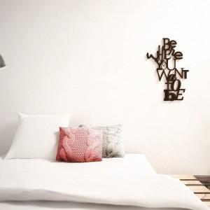 Oryginalny napis wykonany ze sklejki drewnianej stanowi doskonałą ozdobę minimalistycznej sypialni. Wymiary dekoracji: 70 cm x46 cm x12 mm. Fot. Rabose Workshop / Pakamera.