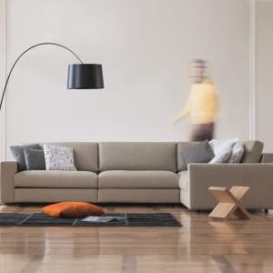 Sofa modułowa Classic marki Prostoria dostępna w ofercie sklepu Le Pukka. Ma prosty, klasyczny design. Do wypełnienia siedziska użyto wysokiej i elastycznej pianki o dużej odporności, o właściwościach przeciwalergicznych, niezawierająca żadnych szkodliwych substancji chemicznych. Poduszki, będące integralną częścią sofy, wypełniono pianką z recyklingu i bawełny chłonnej. Fot. Le Pukka.