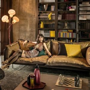Trzyosobowa sofa Auto-reverse to propozycja marki Arketipo. Zapinane na zamek obicia siedzisk wykonano ze skóry w pięknych kolorach złotej jesieni. Fot. Arketipo.