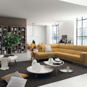Duży wygodny narożnik Karl marki Colombini Casa w miodowym kolorze wniesie do każdego salonu odrobinę ciepłej, jesiennej aury. Fot. Colombini Casa.