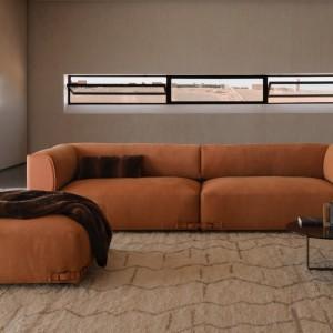 Duża wygodna kanapa Soho marki Fendi Casa, której głębokie siedziska zachęcają do wypoczynku. Dostępna w pięknym rudym kolorze do skompletowania z pufem. Fot. Fendi Casa.