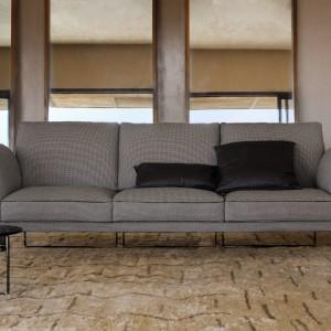 Stylowa sofa Metropolitan marki Fendi Casa, której zarówno metalowy stelaż, jak i tapicerka w drobną, czarno-białą kratkę nawiązują do stylistyki retro. Fot. Fendi Casa.