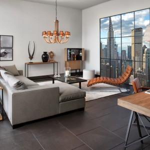Wygodna sofa  w modnym tej jesieni kolorze szarym doskonale komponuje się ze skórzanym szezlongiem w ciemnomiodowym kolorze od marki Flamant. Fot. Flamant.