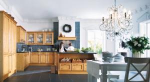 Drewno w kuchni to nie krótkotrwała moda, a ponadczasowy trend. Ulegają mu zarówno miłośnicy klasyki, jak i nowoczesnych wnętrz.