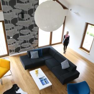 Duże przeszklenia na jednej ze ścian salonu stanowią dodatkowa porcje dziennego światła, a co za tym idzie tak ważnej pozytywnej energii na każdy dzień.  Projekt: Małgorzata Galewska. Fot. Bartosz Jarosz.