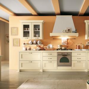 Jasne, drewniane mebel z kolekcji Olimpia Avorio firmy Home Cucine. Doskonale sprawdzą się małej, jak i dużej kuchni. Fot. Home Cucine.