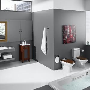 W serii America firmy Roca stojące model ceramiki sanitarnej  utrzymane w stylu klasycznym. Elementem wyróżniającym są deski sedesowa i bidetowa w kolorze drewna czereśniowego. Fot. Roca.