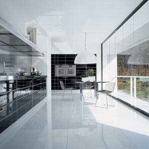 Panoramiczne okna doskonale dopełniają nowoczesną architekturę.  Fot. Schiffini.
