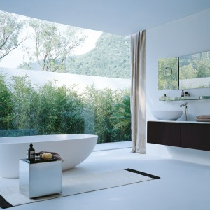 Łazienka granicząca z ogrodem dzięki panoramicznym oknom tworzy z nią wspólną, harmonijną całość. Fot. Agape design.