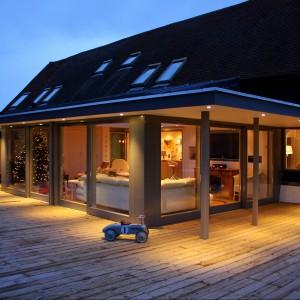 Rozwiązania konstrukcyjne dają możliwość uzyskania dużych przeszkleń a to  w wyjątkowy sposób podkreśla akcenty architektoniczne.Fot. Sokółka Okna i Drzwi S.A.