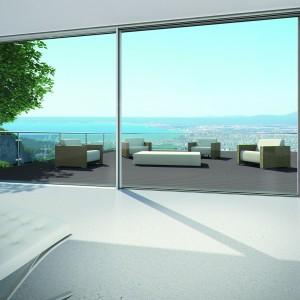 Wielkoformatowe przeszklenia dodają wnętrzu przestronności.Skrzydła okienne wyposażone w napęd elektryczny pozwalają na przesuwanie dużych powierzchni. Fot. Schüco.