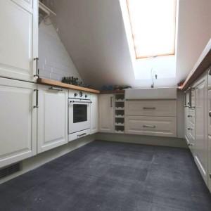 Niewielki fragment ściany w kuchni pokryto białymi kaflami. Fot. Vostok Design.