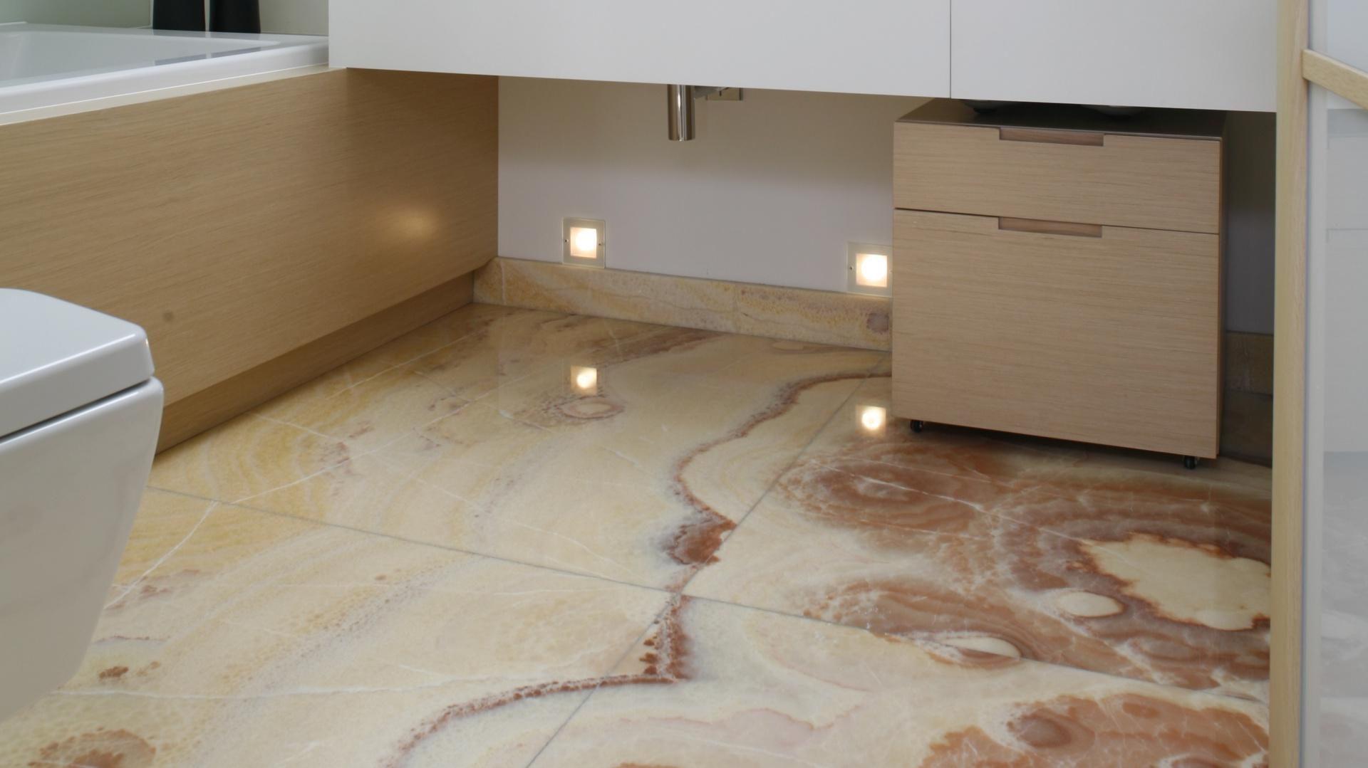 łazienka Na Poddaszu Polecamy Wnętrze Z Kamieniem Na Podłodze