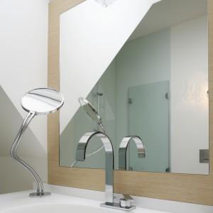 Łazienka przeznaczona jest dla pana domu. Potrzebował on komfortowej łazienki na poddaszu, która przyniesie ukojenie i wypoczynek. Aranżacja ma nowoczesny charakter, a nawet  dosyć sterylny, a istotne miejsce zajmuje tutaj dobry design.  Fot. Bartosz Jarosz.