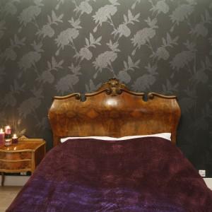 Ściana za oryginalnym łóżkiem została udekorowana czarną, wzorzystą tapetą. Projekt: Monika Gorlikowska. Fot. Bartosz Jarosz.