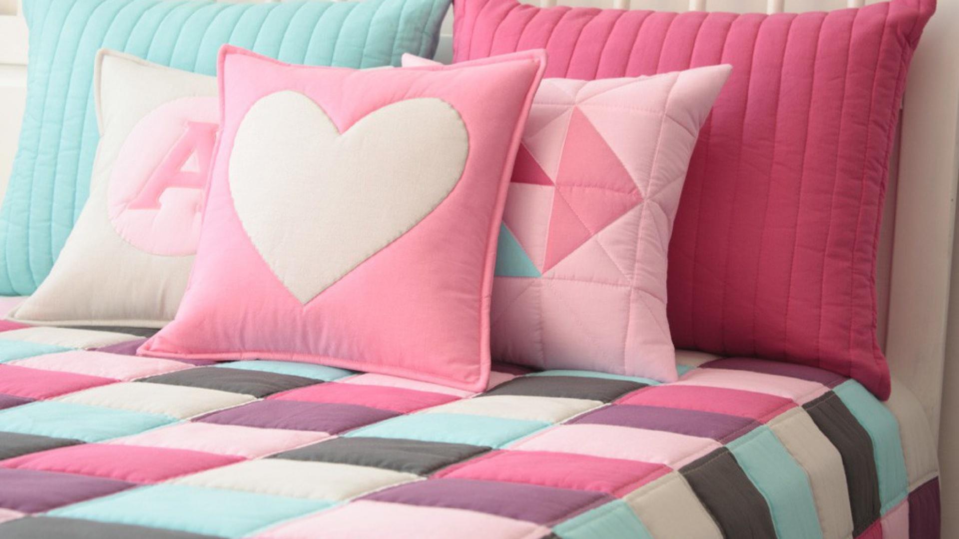 Pastelowe zestawienie barw to doskonały pomysł na delikatny, kolorowy akcent w sypialni. Fot. Patchwork House/Pakamera.