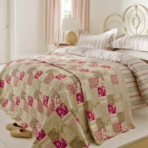 Stonowane odcienie beżu połączono z dynamicznym różem, dzięki czemu uzyskano bardzo oryginalną tkaninę. Fot. Catherine Lansfield Duvet.