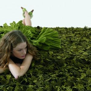 Oryginalny dywan z kolekcji Little field of flovers marki Nanimarquina z runem imitującym liście będzie oryginalną i ciepłą ozdobą wnętrza. Fot. Nanimarquina.