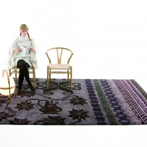 Niezwykle efektowny dywan o nazwie Folkambmorada z serii Folk marki Nanimarquina. Fot. Nanimarquina.