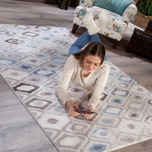 Na dywan w geometryczne wzory mogą pokusić się właściciele salonów w stylu minimalistycznym. Fot. Istikbal.