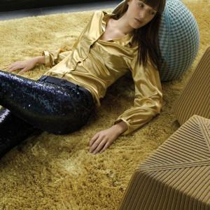 Dywan z długim runem Bonnet marki Casalis, zapewni komfortowy relaks na podłodze, idealny po pracy przy komputerze. Fot. Casalis.