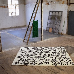 Motyw czarnych kwiatów zdobi dywan Floresamb z kolekcji Black on White marki Nanimarquina. Fot. Nanimarquina.