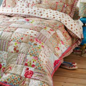 Połączenie różnych kolorów, faktur i tkanin to sposób na dynamiczna dekorację sypialni za pomocą tkanin. Fot. Pip Studio.