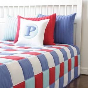 Biel, czerwień i odcienie niebieskiego doskonale ze sobą współgrają. Zestawienie modnych kolorów w tradycyjną formą patchworka świetnie sprawdzi się także w nowoczesnych wnętrzach. Fot. Patchwork House.