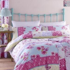 Kwieciste wzory w połączeniu z intensywnymi kolorami tworzą ciekawą dekorację sypialni. Fot. Catherine Lansfield Duvet