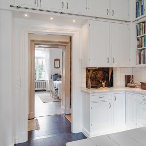 Kuchenna zabudowa sięgająca na wysokość 3,5 m zapewnia pojemną przestrzeń do przechowywania wszelkich sprzętów. Fot. Alvhem Makleri.