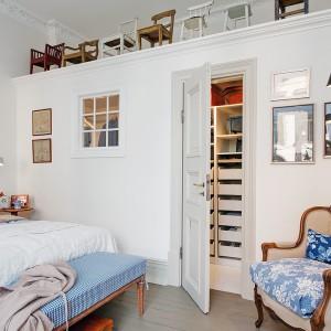 Zlokalizowaną w narożniku mieszkania sypialnię wyposażono w praktyczną garderobę, chowającą się w ścianie. Pod sufitem pozostawiono wolne miejsce, które można wykorzystać jako dodatkową półkę. Fot. Alvhem Makleri.