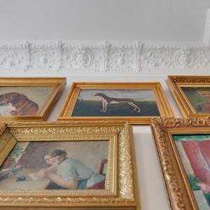 Wokół sufitu zachowano zabytkowe, ozdobne sztukaterie. Fot. Alvhem Makleri.