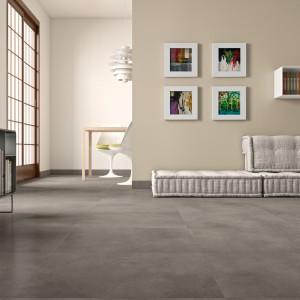 Płytki podłogowe z kolekcji Denver marki Marazzi w ciepłym odcieniu szarości idealne do wnętrz utrzymanych w ciepłej palecie barw. Fot. Marazzi.