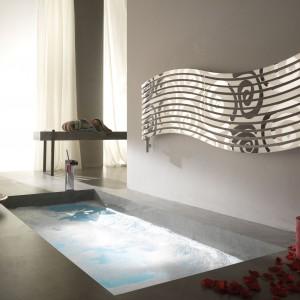 Lola Decor marki Cordivari zwraca uwagę ciekawą, dynamiczną formą  i dekoracyjną powierzchnią. Zapewni  łazience niebanalną dekorację. Fot. Cordivari.