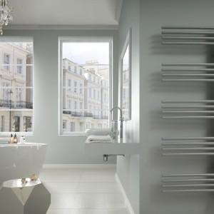 Grzejnik Elit E firmy Enix zwraca uwagę asymetryczną budowa. Układ kolektorów pozwala na wygodne suszenie ręczników. Fot. Enix.