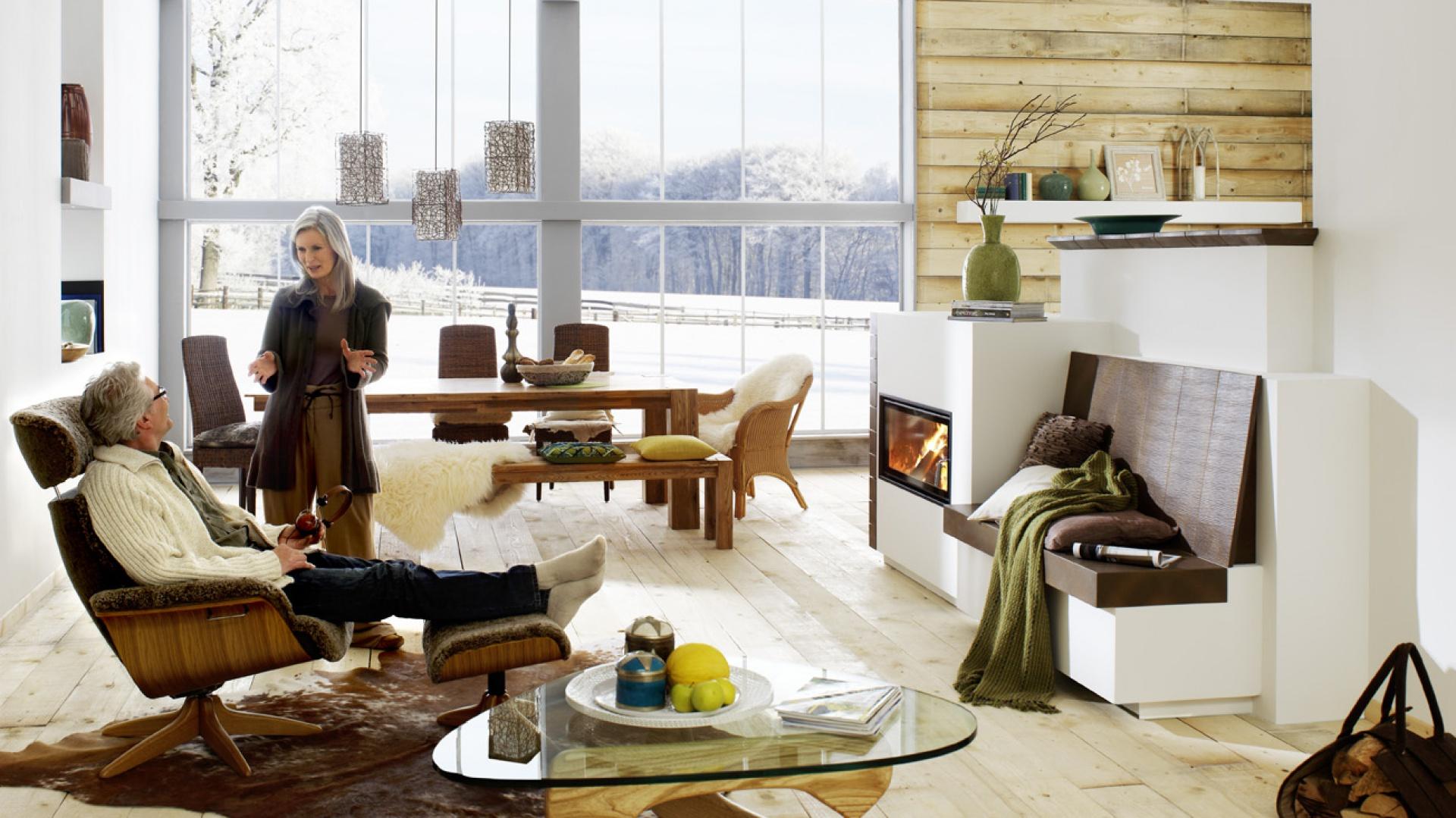 319616a1 Podłoga i ściana wykończona drewnem, w połączeniu z ciepłem kominka  sprawiają, że nowoczesne wnętrze