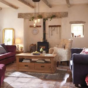 Drewniane belki sufitowe to jedno z rozwiązań architektonicznych, które od lat cieszy się niesłabnącą popularnością. Fot. Littlewoods Ireland.