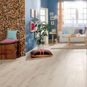 Podłoga z białego dębu alpejskiego pasuje do wszystkich wnętrz, jednak najlepiej harmonizuje ze stylem skandynawskim. Fot. Haro.