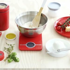 Elektroniczna waga kuchenna z kolekcji Essential w pięknym, czerwonym kolorze. Posiada automatyczny włącznik, duży wyświetlacz LCD oraz funkcję pomiaru w wielu jednostkach. Maksymalne obciążeni: 5 kg. 134,99 zł, Brabantia.