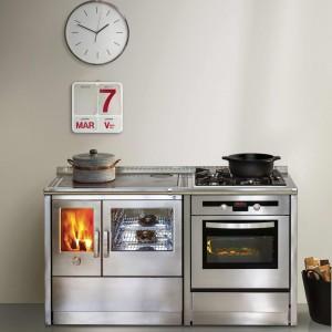 Kuchenki mają poręczne pokrętło, które umożliwia regulację natężenia ognia, poprzez zwiększenie lub zmniejszenie ilości tlenu w palenisku. Fot. J.Corradi.