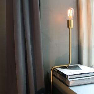Oświetlenie stanowi nieodłączny element dekoracji wnętrza, podkreślając panujący w nim industrialny klimat. Węglowa stylowa żarówka bez klosza jest tego idealnym przykładem. Fot. Brochner Hotels.