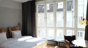 Subtelny luksus zamknięty w industrialną stylistykę. Tak urządzone pokoje witają gości butikowego hotelu SP34 w malowniczej Dzielnicy Łacińskiej w Kopenhadze.