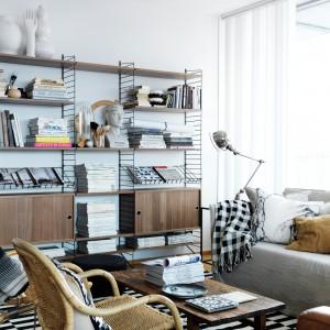 Drewniana półka na książki i wszystkie inne salonowe dodatki to świetny pomysł do każdego wnętrza. Fot. Scandinavian Living.jpg