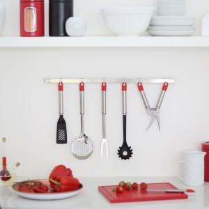 Reling 60 cm z siódmym ruchomym haczykiem z kolekcji Kitchen Today o ładnym, srebrnym kolorze. Można na nim wyeksponować ciekawe kuchenne akcesoria, które zawsze będą pod ręką. Łatwy montaż. 109,99 zł, Brabantia.