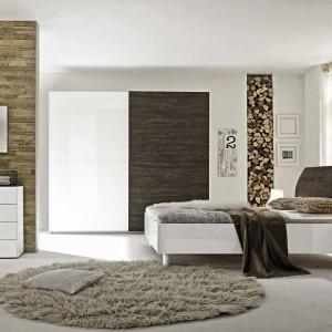 W sypialni Tambura wysoki połysk białego lakieru połączono z ciepłym odcieniem folii 3D w kolorze wenge, miód lub szary. Do wyboru dwa rozmiary szafy z drzwiami przesuwnymi, kilka rodzajów łóżek oraz szafki nocne i komody, które można dowolnie komponować. Fot. MC Akcent.