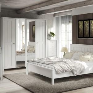 Program Village to meble do sypialni. Fronty tego modelu wykonane są z białego MDFu. Dostępny w jasnej kolorystyce doskonale dopasowuje się do zarówno do wnętrz klasycznych, jak i nowoczesnych. Fot. MM Bravo.